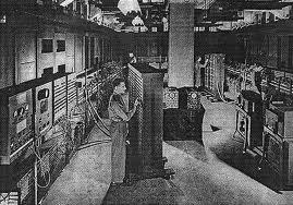 insinyur komputer sedang mengoperasikan mesin